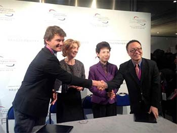 Signature de l'accord entre Cyril Zimmermann (CEO d'HiMedia Group) et Xiao Wang (CEO de Perfect World)